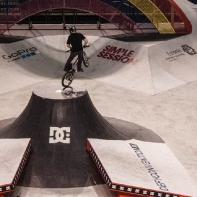 Очень тяжелый и опасный трюк: мэнуал 180 по пирамидке